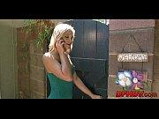 Смотреть как лезбиянка трахает девушку в попу вибратором