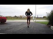 Голые женщины одеваются на видео