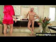 мужчина слизывает свою сперму с пизды женщины