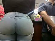 morena culona de jeans en el.