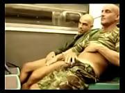 tios cachondos en el tren