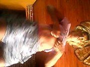 Девушка подняла парня на руки и сасет миньет