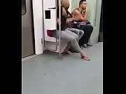 mulher n&atilde_o aguenta e mija no vag&atilde_o do trem
