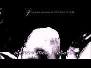 Девушка в коротком черном платье показывает себя видео