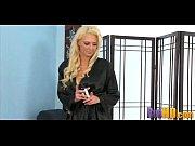 Шикарная блондинка домохозяйка лижет анал у домработницы