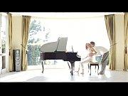follando y tocando el piano, elegante y con glamour