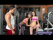 Порно видео онлайн стройная красавица согласно на тройное проникновение