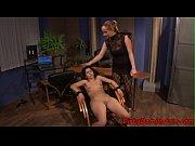 Девушка суют себе масстурбатор в пизду