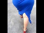 culona con falda azul se le marca la tanga