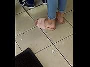 Женщина бьет ногой по члену парня