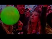 порно видео как муж отдал свою жену на толпу