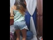 Девушка в мини майке и джинсы фото