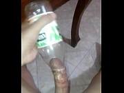 violando una botella de jumex