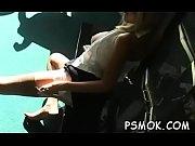 Девушка с большой грудью раздевается до гола