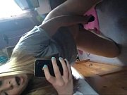 Petite blonde se gode la chatte toute mouill&eacute_e