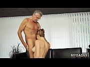 Секс видео кончили внутрь брюнетке