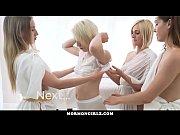 Женщина в эротическом белом белье