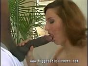 Член раздвигает мягкие губки вагины
