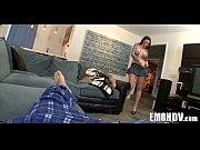 Девушка с татуировкой на руке стоит на кровати