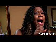 Одинокая женщина развлекается с фалоиметаторами в домашних условиях