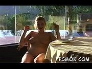 Парень ласкает киску своей девушке до оргазма своими руками