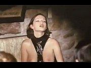 женщина дрочит на сцене перед зрителями