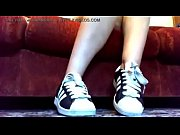 Una collezione di sneakers Adidas e Nike e adorazione dei piedi