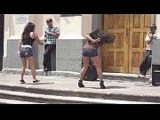 chicas bailando en la calle