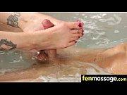 Секс с уборщицой в бассейне в раздевалки