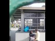 Девушка с парнем играют с вибратором