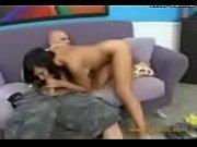 голая женщина с раздвинутыми ногами в трусах