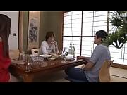 友田彩也香・寝取らせる旦那の性活。知人を自宅に招きお酒を飲んでいた夫婦、しかし旦那は酔って寝てしまう。その隙に知人は奥さんを口説きセックスへと持ち込む、他人棒を咥え受け入れる美人妻。しかし、夫はこの瞬間を待っていた。