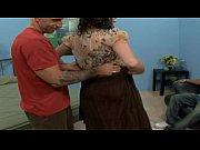 Очень худая девушка с огромными висячими сиськами трахается с двумя парнями