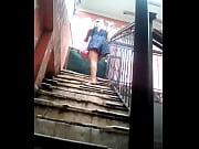 choca en las escaleras