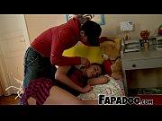 Мужчина трогает клитор и груди спящей