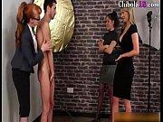 un modelo acosado por 3 mujeres