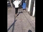 Linda secretaria caminando en tacones