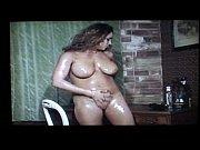 Огромный самотык в дырке у женщине видео