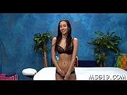 Негр ебет малую азиатку на видео