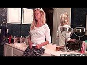 видео как мама показивает грудь сину