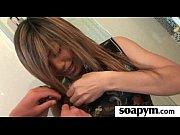 Красивая женщина моет киску видео