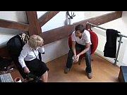 Муж трахает служанку пока жена иамтурбирует в ванной