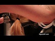 Девушка с маленькой грудью раздевается