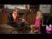 рыжая кудрявая на кожаном диване видео