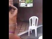 Novinha rebolando bumbum gostoso