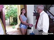 Пальцами доводит до оргазма