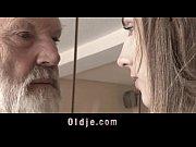 старый мужик лижет письку у девушки смотреть