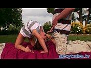 видео мужчина лезет под юбку женскую