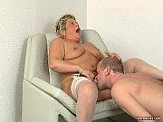 Волосатый мужик жестко на кровати трахает блондинку во всех позах онлайн