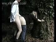 femme ronde blonde prise contre un arbre : www.rencontres-rondes.fr